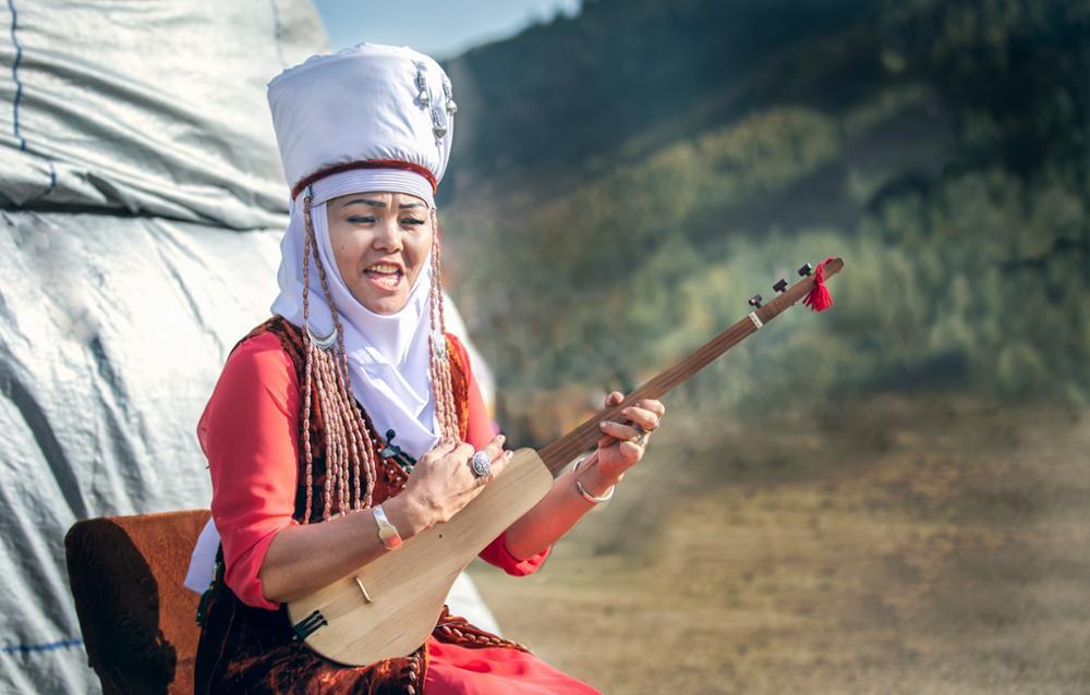 En voyage au rythme du Komuz, instrument traditionnel kirghiz