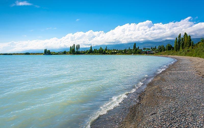 Quelle est la différence entre la rive nord et la rive sud du lac Issyk Kul ?
